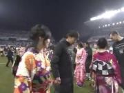 与众不同,J联赛揭幕战赛前球员手牵和服女子进场