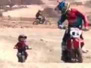 史上最萌越野摩托车手!宝宝跟着老爹飞驰,棒棒哒!