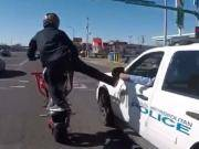 不光路上耍杂技竟还调戏警察,也许这就是国外人口少的原因吧