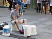 国外街头小伙用桶当鼓敲出完美音律,结尾高能预警,帅炸!