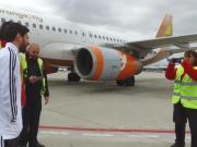 梅西与工作人员合影留念太暖心了!阿根廷众星抵达马德里