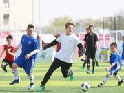 鹿晗参加公益足球活动奔跑如风,比赛中暖心扶起小球迷