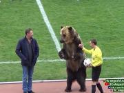 俄罗斯球场惊悚一幕,请灰熊为比赛开球