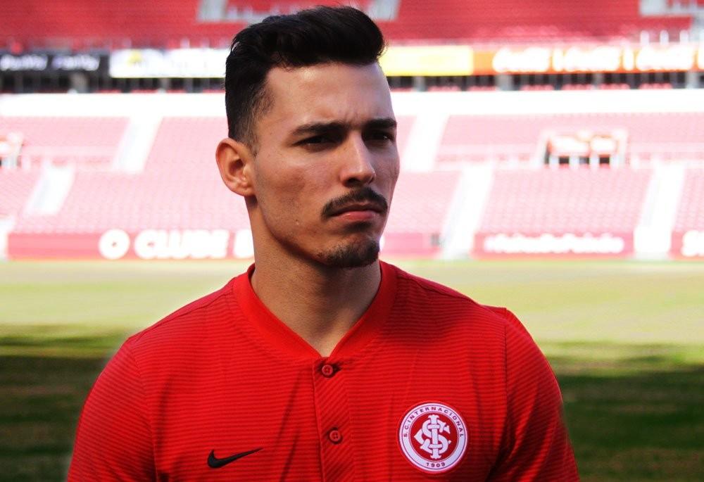 官方:巴西国际签下桑托斯后卫