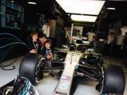 车迷,皮克带娃与F1赛车合影