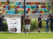 抗议,球迷举着纳因戈兰的画像前往比利时发布会现场