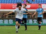 成都熊猫杯揭幕战,英格兰U19战平乌拉圭,我鹰小将科比进球