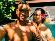 瓜林携女友巴厘岛度假,手抚大腿爱意浓
