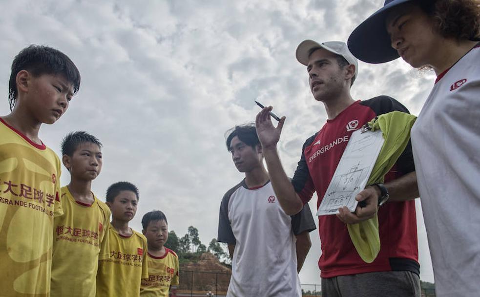 恒大足校教练:中国踢球人数比马
