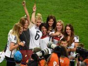 """要拿冠军需要""""戒色""""吗?世界杯该不该让""""太太团""""走开?"""