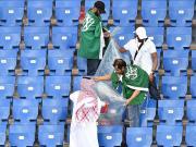 输球也要有风度,沙特球迷赛后清理看台垃圾
