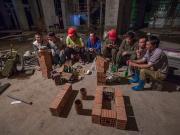 图集:杭州工地工人架砖看世界杯,为省流量平摊场次轮流直播