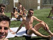 放松,西班牙7球员半裸晒太阳