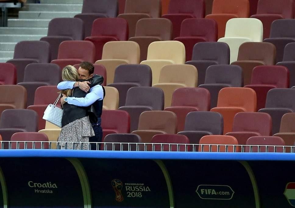 温情,索斯盖特赛后拥抱妻子