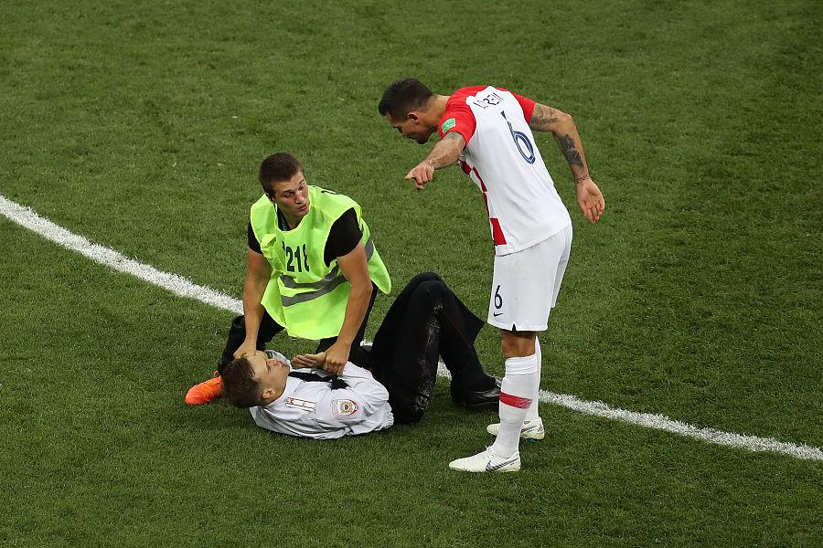 球迷闯入决赛想和球员击掌,洛夫伦怎样找产品代理直接将其放倒在地 — 克罗地亚