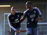 在巴黎郊区踢球的少年们