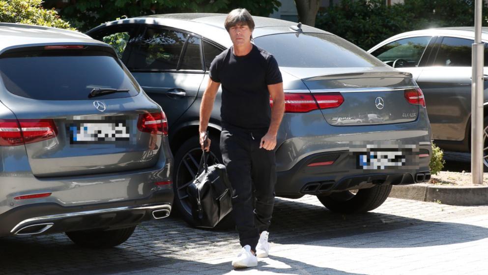 勒夫及教练组现身德国足协,参与世界杯总结讨