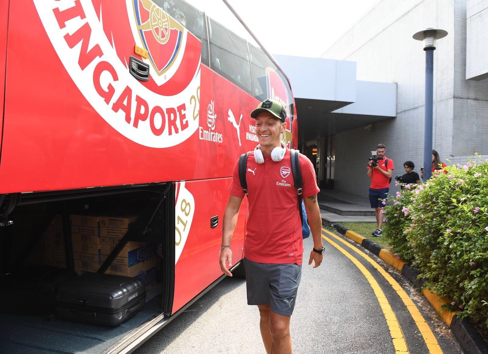 阿森纳飞抵新加坡,厄齐尔