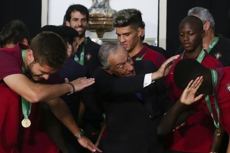 葡萄牙总统接见U19冠军将士,与全队大跳Dab