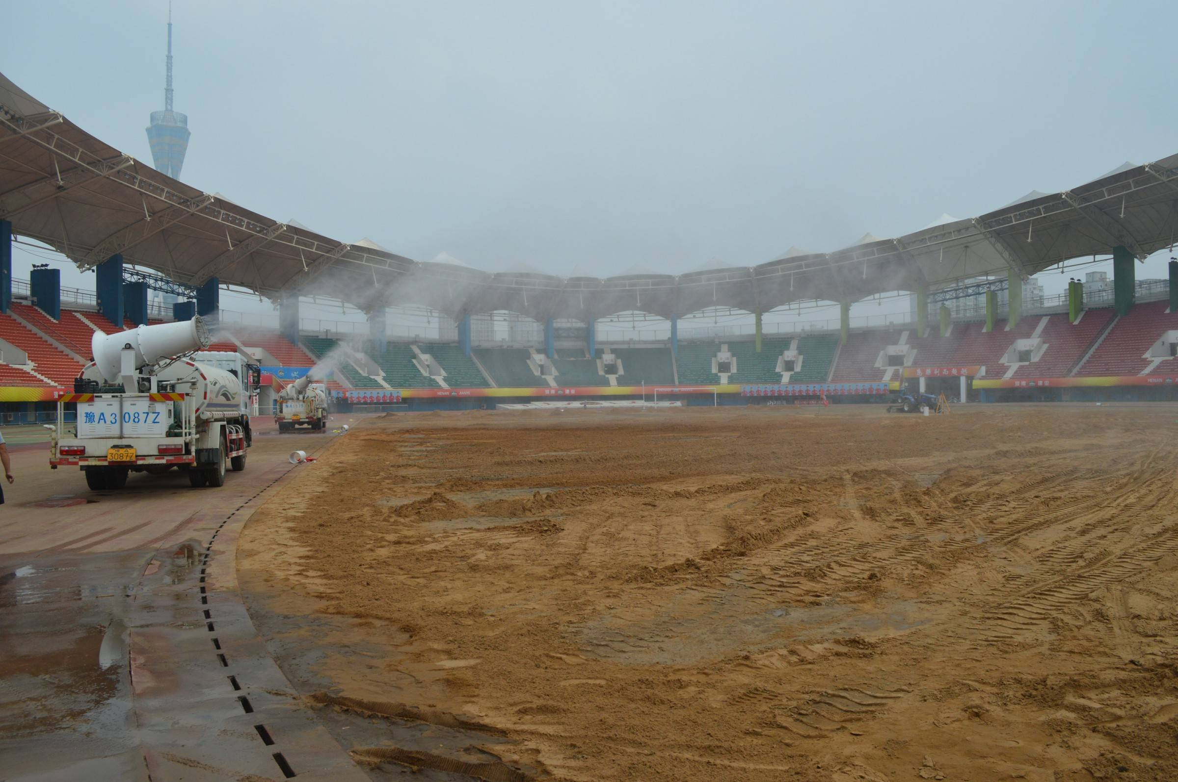 草坪改造48小时:记者用图片记录下航海体育场内