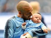 感人,席尔瓦抱着儿子上场