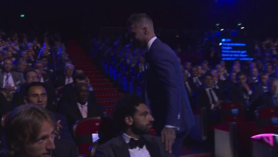 颁奖下台后,拉莫斯摸了摸