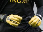 耐克为库尔图瓦推出定制款Vapor Grip 3门将手套