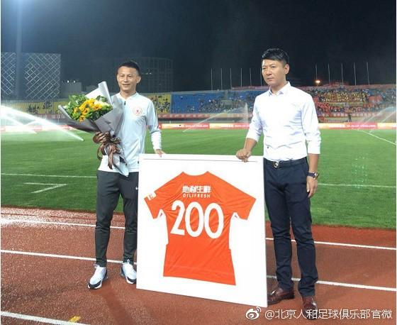 出场200次,饶伟辉获纪念球衣