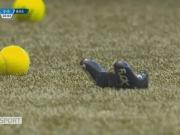 抗议球队投资电竞,伯尔尼年轻人球迷向场内扔游戏手柄