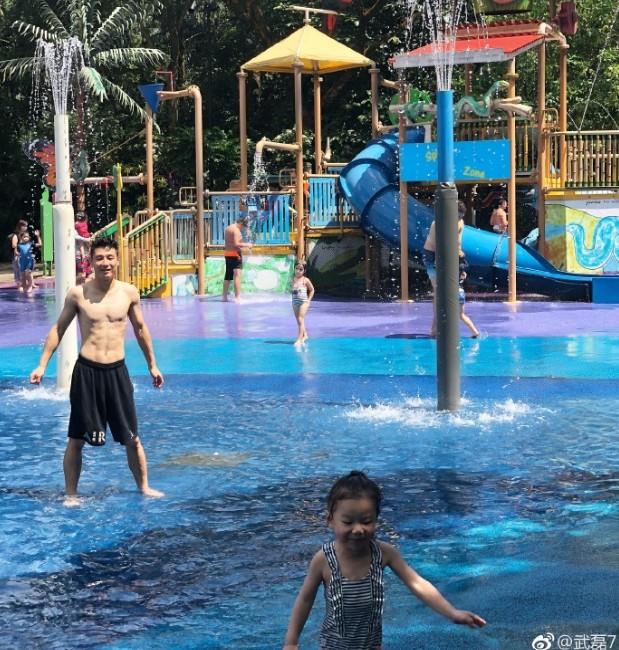 宝贵假期,武磊与家人游新加坡