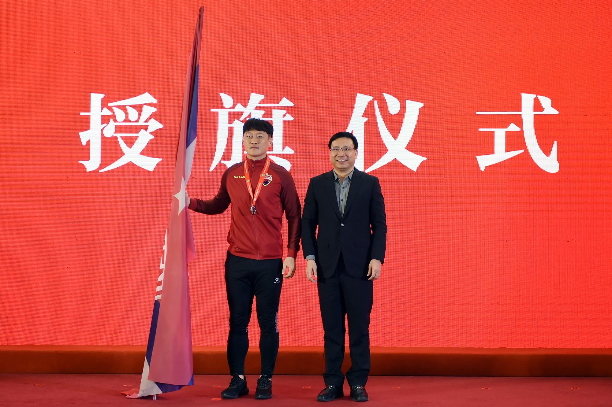 深足获市政府2000万元奖励,陈如桂为球队出征中超授旗
